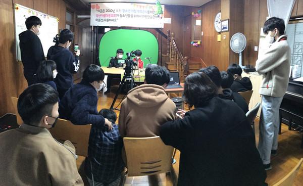 교육과정 중 참여한 학생들이 유튜브 생방송 중계 실습을 하고 있다<사진제공<경산청소년힐링센터>