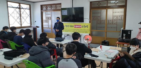 수료증 전달을 위해 참여한 이주용 이사장이 청소년들에게 격려의 말을 전하고 있다<사진제공=경산청소년힐링센터>